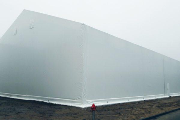 Duża powierzchnia hali namiotowej białej