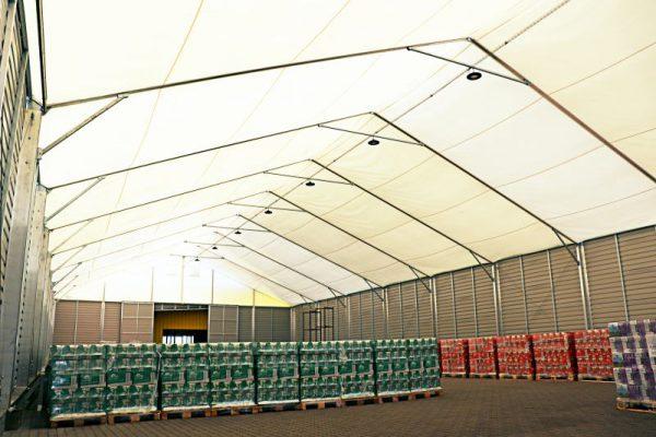 Wnętrze hali namiotowej z produktami spożywczymi Białystok